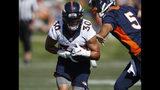 El running back de los Broncos de Denver Phillip Lindsay, recibe el balón de manos del quarterback Joe Flacco durante el campo de entrenamiento del equipo el jueves 18 de julio de 2019, en Englewood, Colorado. (AP Foto/David Zalubowski)