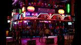 Turistas beben en un bar en el resort de Ayia Napa, Chipre, 17 de julio de 2019. Una corte chipriota ordenó el jueves 18 de julio de 2019 la detención durante ocho días de 12 israelíes que estaban de vacaciones en la isla del Mediterráneo ante la denuncia de una mujer británica de 19 años de que la violaron. (AP Foto/Petros Karadjias)