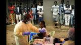 Fotografía del sábado 13 de julio de 2019 de un enfermero vacunando a una niña contra el ébola en Beni, Congo. (AP Foto/Jerome Delay)