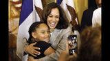 La senadora Kamala Harris, aspirante a la candidatura presidencial demócrata, abraza a la niña Kyrah Cortimiglia tras participar en una mesa redonda, el martes 16 de julio de 2019, en Davenport, Iowa. (AP Foto/Charlie Neibergall)