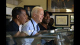 El exvicepresidente Joe Biden, aspirante a la candidatura presidencial demócrata, al centro, se prepara para servir un desayuno en el restaurante Dulan en Crenshaw, el jueves 18 de julio de 2019, en Los Ángeles. (AP Foto/Richard Vogel)