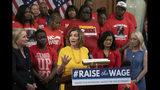 La presidenta de la Cámara de Representantes Nancy Pelosi, acompañada de otros demócratas y activistas que promueven sueldos más altos después de que la cámara baja aprobó un proyecto para incrementar el salario mínimo federal por primera vez en una década, a 15 dólares la hora. (AP Foto/J. Scott Applewhite)