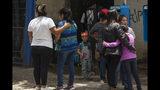 En esta fotografía del viernes 12 de julio, un chico maquillado de payasito observa a la familia Martínez de León consolarse debido al homicidio de su pariente Carlos Alberto Martínez en la Ciudad de Guatemala. La tasa de homicidios en Guatemala es muy alta. Un promedio de 101 homicidios por semana se registraron 2016, convirtiendo la tasa de delitos violentos en el país en una de las más altas en América Latina. (AP Photo/Oliver de Ros)