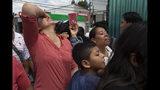 En esta fotografía del martes 16 de julio, miembros de una familia esperan afuera de una Base de la Fuerza Aérea en la Ciudad de Guatemala ante la llegada de parientes deportados de Estados Unidos. Casi 200 migrantes guatemaltecos fueron deportados el martes, el día que el gobierno del presidente Donald Trump tenía previsto poner en marcha un cambio drástico para poner fin a las protecciones de asilo para la mayoría de migrantes que viajen por otro país para llegar a Estados Unidos. (AP Foto/Moises Castillo)