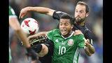 ARCHIVO - En esta foto del 21 de junio de 2017, el volante mexicano Giovani Dos Santos (10) pugna un balón con el neozelandés Andrew Durante durante un partido de la Copa Confederaciones en Rusia. (AP Foto/Martin Meissner)