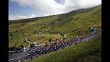 El pelotón de ciclistas pedalea en la 12da etapa del Tour de Francia, un tramo de 209,5 kilómetros desde Tolosa hasta Bagneres-de-Bigorre, Francia, el jueves, 18 de julio del 2019. (AP Foto/ Christophe Ena)