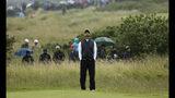 Tiger Woods mira al cielo mientras espera jugar en el green del 17mo hoyo del Abierto Británico de Golf en Royal Portrush, Irlanda del Norte, el viernes 19 de julio de 2019. (AP Foto/Peter Morrison)