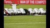 Jugadores de Argelia oran en la cancha después de derrotar a Senegal en la final de la Copa Africana de Naciones en el Estadio Internacional de El Cairo, Egipto, el viernes 19 de julio de 2019. (AP Foto/Ariel Schalit)
