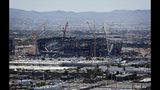 ARCHIVO- En imagen de archivo del 4 de junio de 2019, varias grúas de construcción trabajan en torno al estadio de fútbol americano que será la casa de los Raiders de la NFL en Las Vegas. (AP Foto/John Locher, archivo)