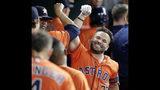 El venezolano José Altuve, de los Astros de Houston, festeja en la cueva luego de conectar un jonrón, en la tercera entrada del encuentro ante los Rangers de Texas, el viernes 19 de julio de 2019 (AP Foto/Michael Wyke)