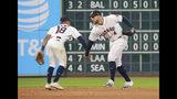 Tony Kemp y George Springer (4) de los Astros de Houston tras la victoria ante los Rangers de Texas, el sábado 20 de julio de 2019. (AP Foto/Richard Carson)