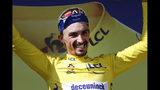 El francés France's Julian Alaphilippe, uciendo a camiseta amarilla, celebra en el podio tras la 14ta etapa del Tour de Francia, un tramo de montaña de 117,5 kilómetros entre Tarbes y el paso Tourmalet, en los Pirineos, el sábado, 20 de julio del 2019. (AP Foto/ Christophe Ena)