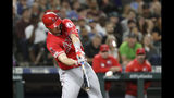 El jugador de los Angelinos de Los Ángeles Mike Trout conecta un bambinazo de tres carreras contra los Marineros de Seattle en el noveno inning de su juego de béisbol el sábado 20 de julio de 2019 en Seattle. (AP Foto/Elaine Thompson)Los Angeles Angels' Mike Trout connects on a three-run home run against the Seattle Mariners in the ninth inning of a baseball game Saturday, July 20, 2019, in Seattle. (AP Photo/Elaine Thompson)