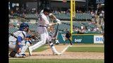 El bateador designado de los Tigres de Detroit Nicholas Castellanos pega un jonrón solitario en la décima entrada del juego contra los Azulejos de Toronto, el domingo 21 de julio de 2019, en Detroit. (AP Foto/Carlos Osorio)