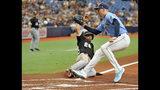 El abridor de los Rays de Tampa Bay, Blake Snell, cubre el plato y pone out al jugador de los Medias Blancas de Chicago, el dominicano Leury García, durante el primer inning de un juego de béisbol, el domingo 21 de julio de 2019, en St. Petersburg, Florida. (AP Foto/Steve Nesius)