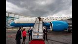 El secretario de Estado Mike Pompeo se baja de su avión en Ciudad de México el 20 de julio del 2019. Foto suministrada por el Departamento de estado de EEUU, vía AP.