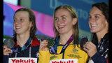 La medallista de oro, la australiana Ariarne Titmus (centro), junto a la medallista de plata, la estadounidense Katie Ledecky y su compatriota la medallista de bronce Leah Smith, luego de la final femenil de los 400 libre en el Mundial de natación en Gwangju, Corea del Sur, el domingo 21 de julio de 2019. (AP Foto/Lee Jin-man)