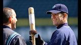 ARCHIVO - En esta foto del 5 de abril de 2004, el bateador designado Edgar Martínez (derecha) de los Marineros de Seattle durante una práctica de bateo. (AP Foto/Elaine Thompson, archivo)