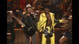 """Billy Ray Cyrus, a la izquierda, y Lil Nas X interpretan """"Old Town Road"""" durante la ceremonia de los Premios BET, el domingo 23 de junio del 2019 en el Teatro Microsoft en Los Angeles. Lil Nas X empató el récord de Mariah Carey con """"One Sweet Day"""" y """"Despacito"""" de Luis Fonsi en Billboard con """"Old Town Road"""". La canción ha estado en la cima de las listas de Billboard por 16 semanas. Ninguna canción ha logrado superar esa barrera en la historia de las listas. (Foto Chris Pizzello/Invision/AP)"""