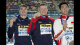 El medallista de oro, el británico Adam Peaty (centro) sostiene su presea junto al medallista de plata, su compatriota James Wilby (izquierda) y el de bronce, el chino Yan Zibei luego de la final de 100 metros pecho en el Mundial de natación en Gwangju, Corea del Sur, el lunes 22 de julio de 2019. (AP Foto/Lee Jin-man)