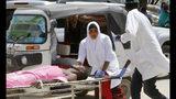 Trabajadores sanitarios ayudan a un herido en un coche bomba en el hospital de Medina, en Mogadiscio, el lunes 22 de julio de 2019. (AP Foto/Farah Abdi Warsameh)