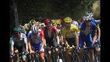 El pelotón, con el francés Julian Alaphilippe portando el maillot amarillo, durante la 15ta etapa del Tour de Francia que comenzó en Limoux y terminó en Prat d'Albis, Francia, el domingo 21 de julio de 2019. (AP Foto/Thibault Camus)