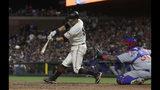 En la imagen, el jugador de los Gigantes de San Francisco Joe Panik, a la izquierda, pega un doble remolcador ante el catcher de los Cachorros de Chicago Martín Maldonado, en el octavo inning de su juego de béisbol en San Francisco, el lunes 22 de julio de 2019. (AP foto/Jeff Chiu)