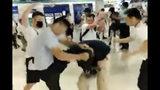 En esta imagen tomada de un video mostrado por The Stand News via AP Video, hombres con camisas blancas golpean a un hombre vestido con camisa negra en una estación de metro en Hong Kong, el domingo 21 de julio de 2019. (The Stand News via AP Video) NO PUBLICAR EN HONG KONG