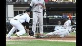 El jugador de los Astros de Houston, el cubano Yordan Álvarez (44), llega a salvo al plato mientras el abridor de los Medias Blancas de Chicago, Dylan Cease (84), llega tarde en su intento de ponerlo out durante el sexto inning del primer juego de béisbol de una doble cartelera, el martes 13 de agosto de 2019, en Chicago. (AP Foto/David Banks)