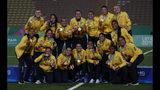 ARCHIVO - En esta foto de archivo del viernes 9 de agosto de 2019, las jugadoras de la selección de Colombia sostienen sus medallas de oro luego de derrotar a Argentina en la final del fútbol femenil en los Juegos Panamericanos en Lima, Perú. (AP Foto/Juan Karita, Archivo)