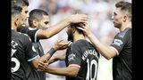 El delantero de Manchester City Sergio Agüero, al centro, celebra tras anotar el cuarto gol de su equipo contra Manchester City en un partido de la primera jornada de la Liga Premier inglesa. (AP Foto/Kirsty Wigglesworth)