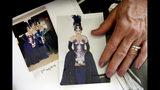 """Fotos de la cantante de ópera retirada Patricia Wulf muestran a la artista, a la izquierda en la foto izquierda, con su vestuario para """"La flauta mágica"""" en 1998 en la Ópera de Washington Opera, mostradas en su casa en una zona rural del norte de Virginia, el viernes 12 de julio de 2019. (AP Foto/Jacquelyn Martin)"""
