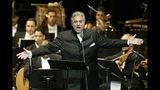 ARCHIVO - En esta imagen de archivo del jueves 22 de enero de 2004, Plácido Domingo canta en el Teatro Nacional en Santiago de los Caballeros, en República Dominicana. (AP Foto/Miguel Gómez, Archivo)