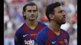 El astro de Barcelona Lionel Messi, derecha, mira junto a rsu compañero Antoine Griezman antes el partido por el trofeo Joan Gamper conra Arsenal en el Camp Nou el domingo, 4 de agosto del 2019. (AP Foto/Joan Monfort)