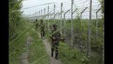 Soldados de la fuerza de seguridad de la frontera india patrullan cerca de la frontera con Pakistán en Garkhal, 35 kilómetros al oeste de Jammu, India, 13 de agosto de 2019. (AP Foto/Channi Anand)