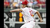 El abridor de los Filis de Filadelfia, Aaron Nola, trabaja el primer inning del duelo ante los Cachorros de Chicago, el miércoles 14 de agosto de 2019, en Filadelfia. (AP Foto/Chris Szagola)