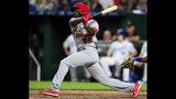 El jugador de los Cardenales de San Luis, el cubano Randy Arozarena, batea un sencillo prodcutor durante el séptimo inning de un juego de béisbol contra los Reales de Kansas City, el miércoles 14 de agosto de 2019, en en Kansas City, Missouri. (AP Foto/Orlin Wagner)