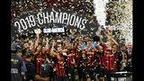 Jugadores del Atlanta United celebran con el trofeo después de vencer 3-2 al América en la final de la Copa de Campeones, el miércoles 14 de agosto de 2019, en Atlanta. (AP Foto/John Bazemore)