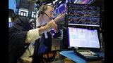 ARCHIVO - En esta foto de archivo del 30 de julio de 2019, el operador Gregory Rowe trabaja en el piso de la Bolsa de Nueva York. El rendimiento de los bonos del Tesoro a dos y 10 años se invirtió el miércoles 14 de agosto de 2019 un fenómeno de mercado financiero revelador de que los inversores quieren obtener más por los bonos a corto plazo que por los de a largo plazo. (AP Foto/Richard Drew)