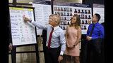 El abogado Jeff Anderson señala un gráfico con abusadores sexuales cuando las víctimas de abuso sexual Birdie Farrell, centro, y Joseph Caramanno observan durante una conferencia de prensa en Nueva York, el miércoles 14 de agosto de 2019. (AP Foto/Richard Drew)