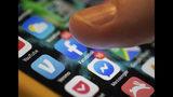 En esta foto del domingo 11 de agosto de 2019 se observan las aplicaciones para Facebook y Messenger en un iPhone en Nueva Orleans. Facebook dice que pagó a contratistas para que transcribieran clips de audio de los usuarios de su servicio de mensajes. (Foto AP/Jenny Kane)
