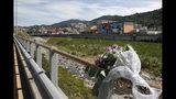 Un ramillete de flores dejado junto al puente de Polcevera durante una ceremonia para conmemorar el primer aniversario del derrumbe del puente de Morandi, en Génova, Italia, el miércoles 14 de agosto de 2019. El puente de Morandi se derrumbó hace un año y murieron 43 personas. (Foto AP/Antonio Calanni)