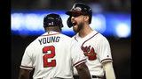 El jugador de los Bravos de Atlanta, el venezolano Ender Inciarte, celebra con el coach Eric Young luego de conectar un sencillo productor durante el séptimo inning de un juego de béisbol contra los Mets de Nueva York, el miércoles 14 de agosto de 2019, en Atlanta. (AP Foto/John Amis)