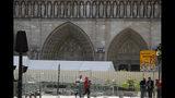 Trabajadores instalan cercos altos alrededor de la Catedral de Notre Dame en París, el martes 13 de agosto del 2019. (AP Foto/Francois Mori)