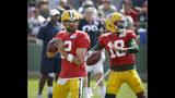 Los quarterbacks de los Packers de Green Aaron Rodgers (12) y Manny Wilkins participan en un ejercicio en unas prácticas el lunes, 5 de agosto del 2019, en Green Bay. (AP Foto/Mike Roemer)