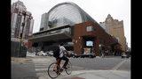 Un ciclista pasa frente al Centro Kimmel para las Artes Escénicas el martes 13 de agosto del 2019 en Filadelfia. La Orquesta de Filadelfia retiró una invitación a Plácido Domingo para participar en su concierto inaugural programado para septiembre. (AP Foto/Matt Slocum)