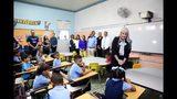 Esta foto proporcionada por la Oficina del Gobernador muestra a la gobernadora de Puerto Rico Wanda Vázquez hablando con alumnos de la escuela Ramón Marín Sola, en Guaynabo, Puerto Rico, el lunes 12 de agosto del 2019. (Oficina del Gobernador via AP)