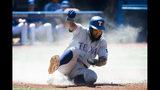 Danny Santana de los Rangers de Texas anota una carrera ante los Azulejos de Toronto, el miércoles 14 de agosto de 2019. (Nathan Denette/The Canadian Press via AP)