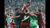 Jugadores del Liverpool celebran después de ganar la Supercopa Europea ante el Chelsea, el miércoles 14 de agosto de 2019, en Estambul. (AP Foto/Lefteris Pitarakis)