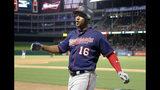 El jugador de los Mellizos de Minnesota Jonathan Schoop celebra un jonrón de dos carreras en el séptimo inning del juego de la MLB que enfrentó a su equipo con los Rangers de Texas Rangers, en Arlington, Texas, el 16 de agosto de 2019. (AP Foto/Tony Gutierrez)